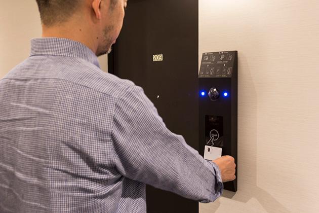 各客室ドアについている顔認証システム