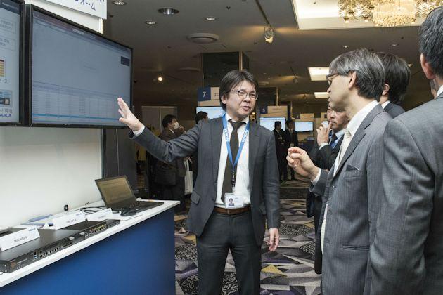 展示ブースでSDN関連ソリューションを説明する鹿志村氏