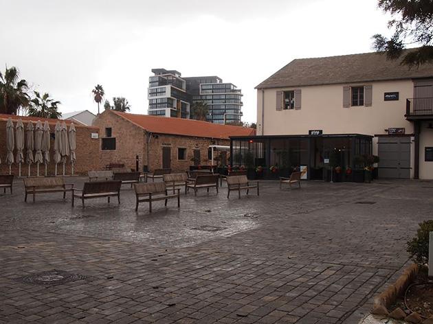 誰もいない、安息日午前中のハタハーナの中庭