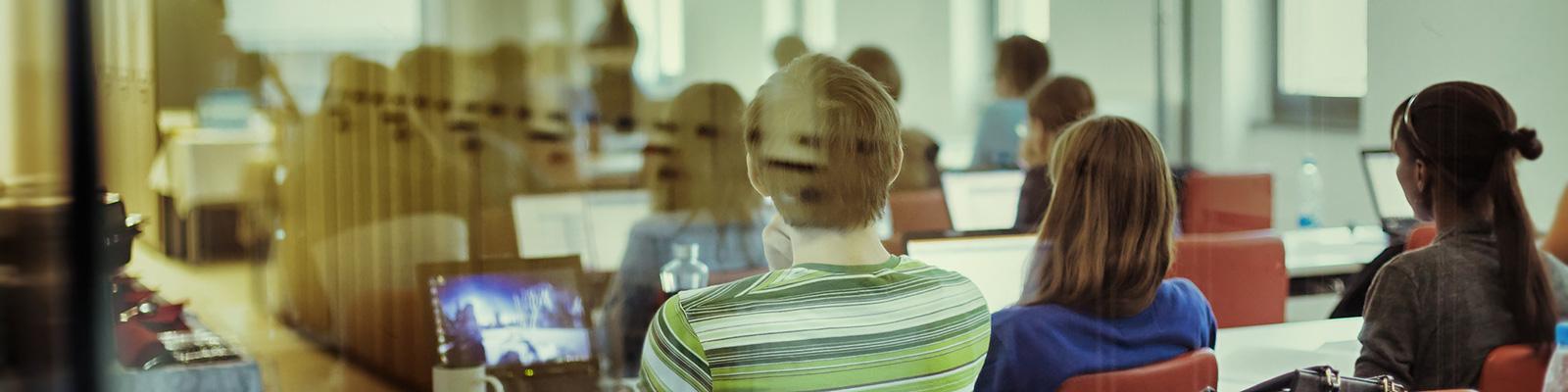 コンピューター 教室 イメージ