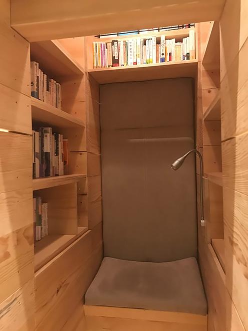 中に閉じこもれる「本の塔」