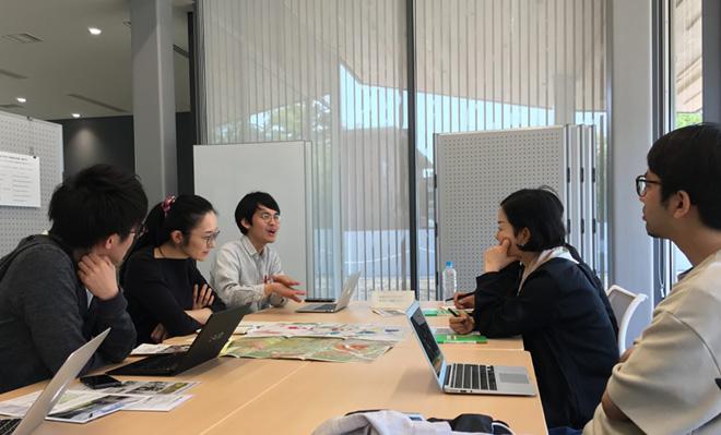 惠谷浩子さんを囲んで、プロジェクト・メンバーで議論した。