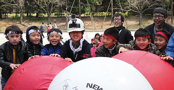 大興奮の子どもたち。一瞬で「城攻め」の世界観に入り込んでいった。