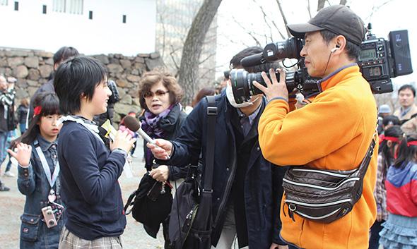 地元テレビ局のインタビューに答える参加者の女の子。