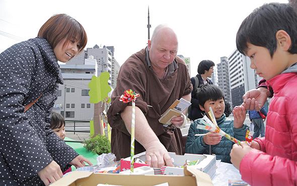 ザビエルと一緒に楽園をつくるミッション。(photo: Naoto Kakigami)