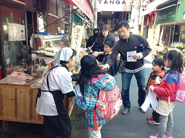 旦過市場で松本清張の大好物を探すミッション。小倉の名物「カナッペ」がよく売れた。