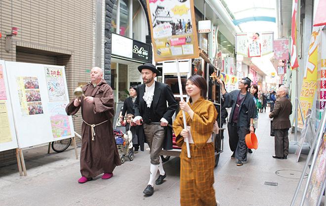 芸術祭期間中は忍者、女学生、町娘などが街中を歩き回って広報していた。(photo: Naoto Kakigami)