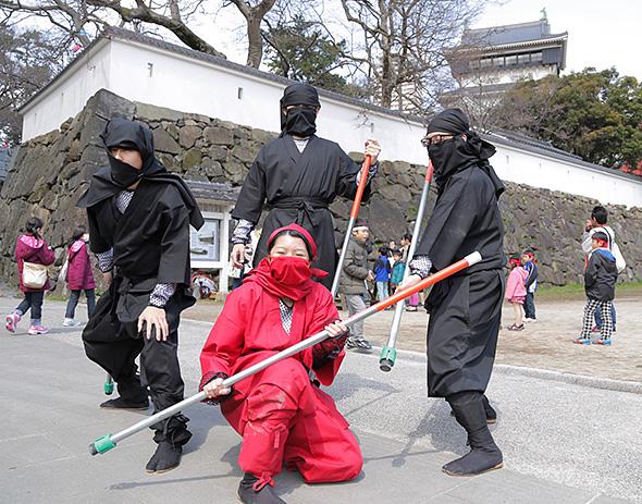 コスプレ自体初めての受講生たちだったが、本番では見事に忍者を演じきった。(photo: Naoto Kakigami)