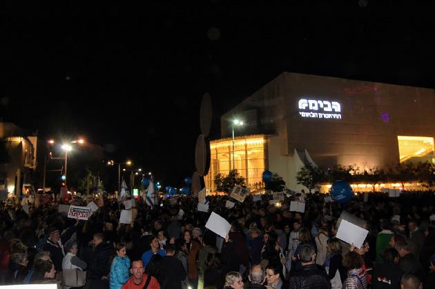 12月9日の、テルアビブでの抗議行動の様子。前の週末に実施されたデモの参加者は警察発表で1万人、この日は2万人と推定されている。