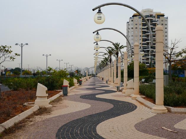 遊歩道の全景。植え込みを挟んで左側がHenry Kissinger St.。数メータ間隔で両側に設置されている円柱形のものが、ノーベル賞受賞者の碑。