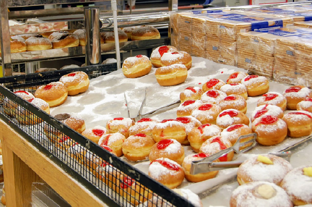スーパーに並んでいるスフガニア。中のジャムも色々なバリエーションがある。