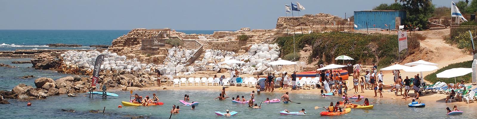 カイザリア(Caesarea)の遺跡にある入江で遊ぶ子供たち