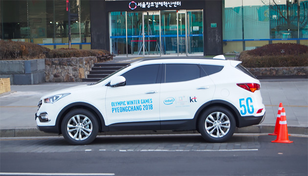 インテルがソウルの光化門広場で走らせている5Gカー。