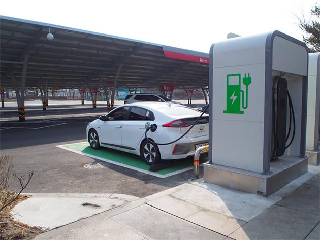 高速道路のEVステーション。現代はIONIC(エコカー)を大PRしていた。駐車場の屋根はソーラーパネル。日本も見習いたいところだ。