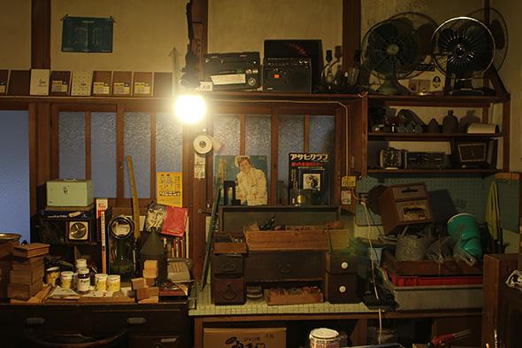 空き家からでてきた「発掘品」を展示販売している部屋