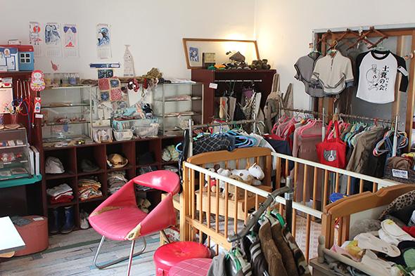 NPOが再生した「北村洋品店」の二階には、子供服や育児グッズのバザーが常設され、子連れ家族の情報交換の場所となっている。