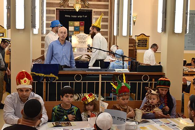 シナゴーグでのエステル記の読み上げには子供も大勢集まる。エステル記はそのドラマチックなストーリー展開で、ユダヤ教徒でなくても結構楽しめる。