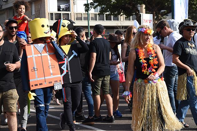 テルアビブの中心地はどこも仮装した人で溢れていて、観光にもおすすめ。