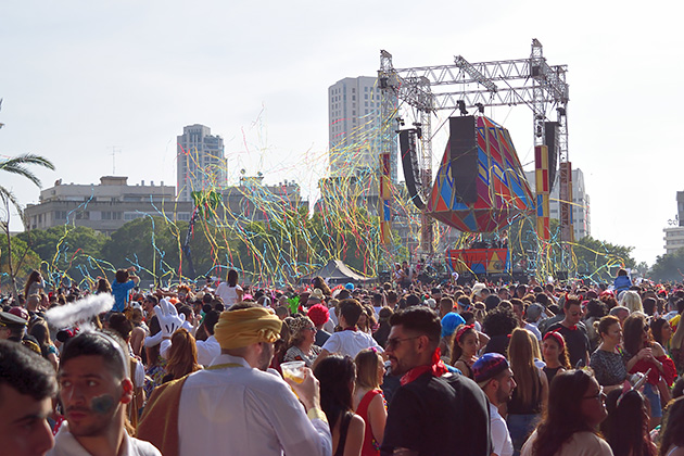 毎年DJが大音量の音楽をかけてクラブ化するHaMedinaスクエア。
