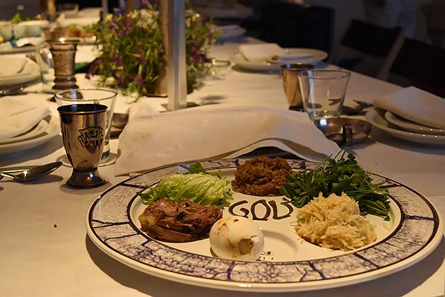 ペサハの夕食。羊の肉、ゆで卵、野菜などそれそれ意味がある。使う野菜は家庭によって異なることも。
