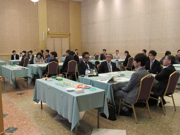 5つのテーブルに分かれたプレイヤー