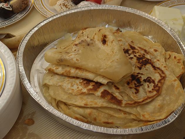 ムフレッタというモロッコ式のクレープ。蜂蜜やバターをつけて食べる。