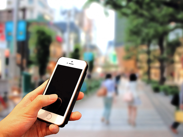 街中でスマートフォンを持つ手