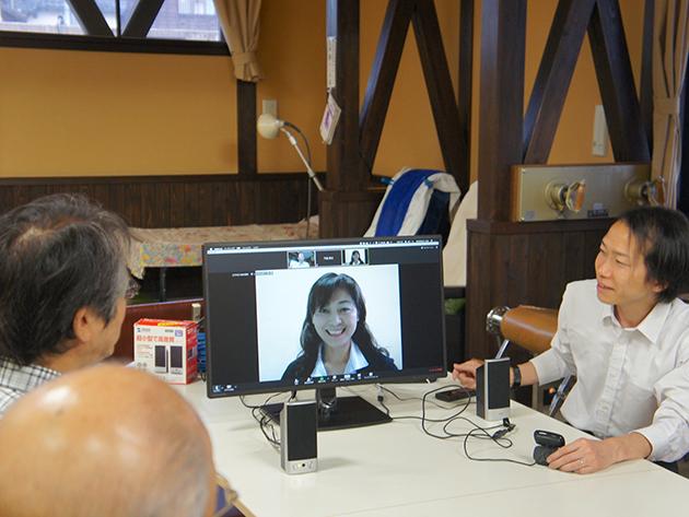 「茶飲みん」モニターを見る参加者と株式会社エクセリーベ 代表取締役CEO 大橋稔さん