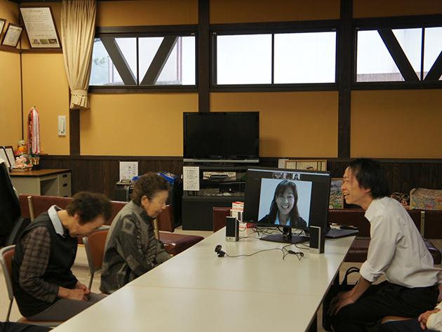 モニター内の新井久美子さんと会話をする参加者