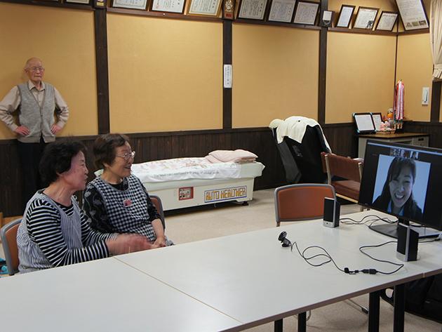 白峰に移住した話を語る2名の女性参加者