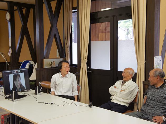 白峰の参加者と会話する大橋さん