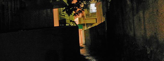 「月待ミッドナイトウォーク」のルート上、路地の闇と浮島通りの光のコントラスト。あちこちにある車の入れない道に、清浄な闇が溜まる。(写真:中野純)