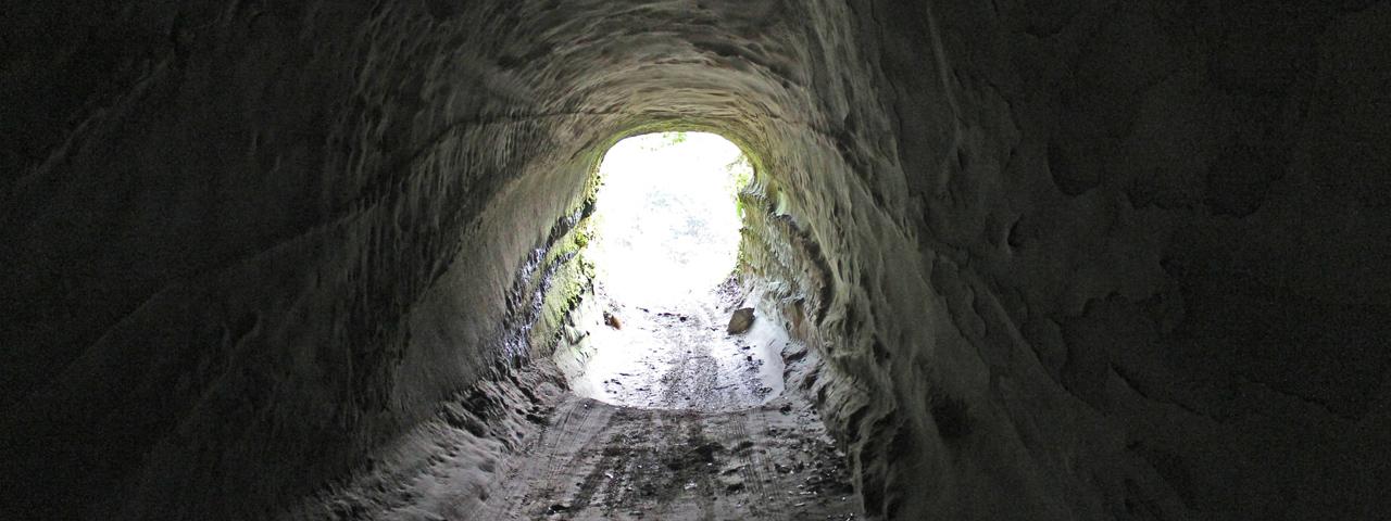 異形の人造貫通洞群を巡り、地底の月面を踏みしめる。