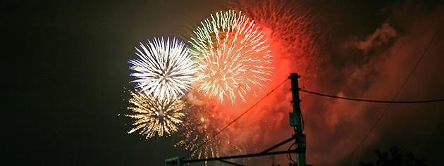 山里の打ち上げ花火。江戸時代の和火と違って花火の色は派手だったが、まわりがかなり暗いので、ちょっと江戸の花火大会っぽい気分。