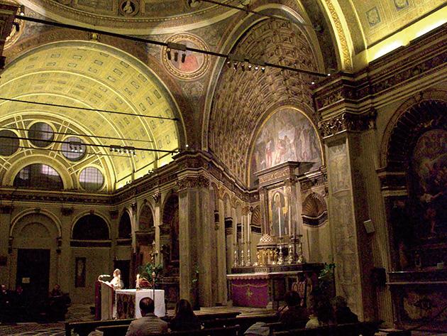 図2・3──ミラノのサン・サティロ教会の祭壇部分の正面と、それを側面から見た写真。正面からだとあまりわからないが、側面では、壁に描かれた絵画であることがわかる。(「Santa Maria presso San Satiro」wikipedia)