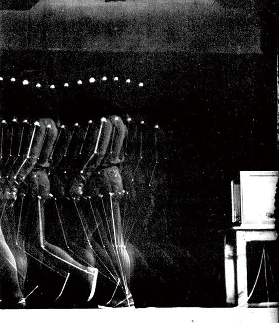 図13──マレーは、黒装束の助手にテープを貼って歩かせ、撮影した。(『表象と倒錯──エティエンヌ=ジュール・マレー』松浦寿輝、筑摩書房、2001)