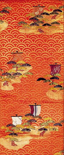 図28──青海波島松遠帆文様箔、江戸時代。(『日本のデザイン12巻 日本の意匠 風月山水』吉岡幸雄(編著)、紫紅社、2002)