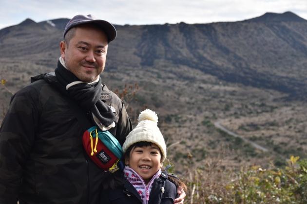 娘と散歩がてらに絶景を見にきた努さん。散歩コースで気軽に火山を訪れるというのも伊豆大島ならではの体験だ