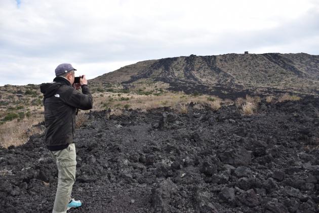 火山島ならではの絶景を撮影する努さん