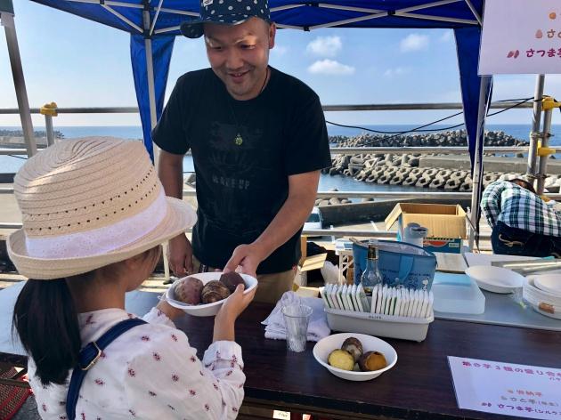 大島観光協会屋上のテラスを利用した「潮風のテラス」にて、Kichi主催のマルシェを行った時の写真。海に臨む会場で、家族連れも多く参加した2