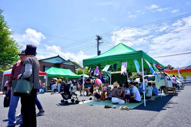 大島観光協会屋上のテラスを利用した「潮風のテラス」にて、Kichi主催のマルシェを行った時の写真。海に臨む会場で、家族連れも多く参加した1