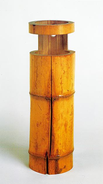 図3──秀吉にひびを入れられ。それを「園城寺花入れ」と利休が名づけた、竹の花入れ。(『図説 利休──その人と芸術』村上康彦、河出書房新社、1989)
