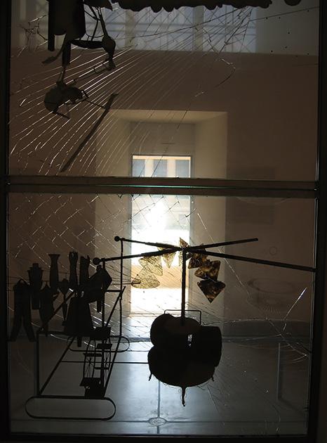 図4──フィラデルフィア美術館に常設展示されているマルセル・デュシャン〈大ガラス〉(1915〜23)部分。ガラスのひび割れ部分が光線を受けて強調されている。