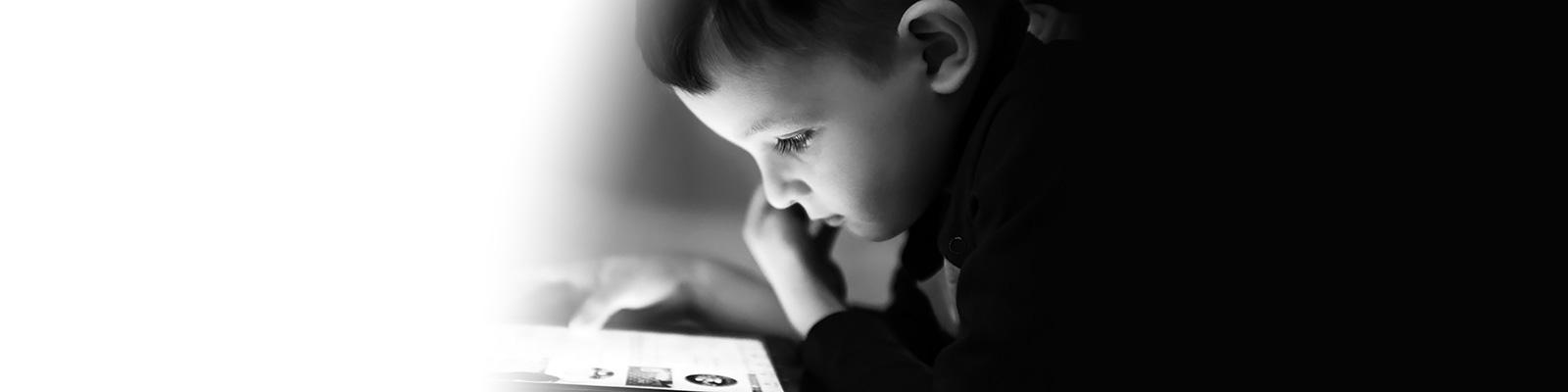 子供 コンピューター インターフェイス イメージ