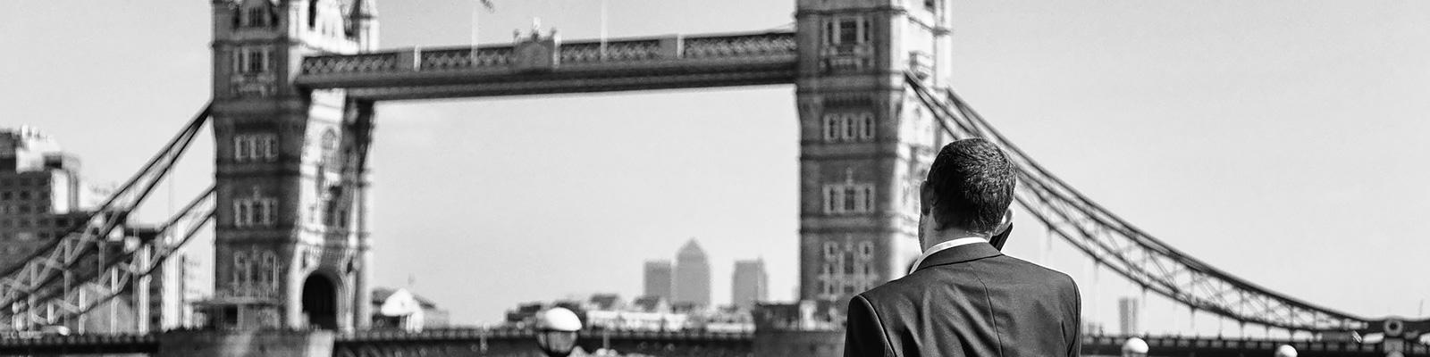 イギリス ビジネスマン 橋 イメージ