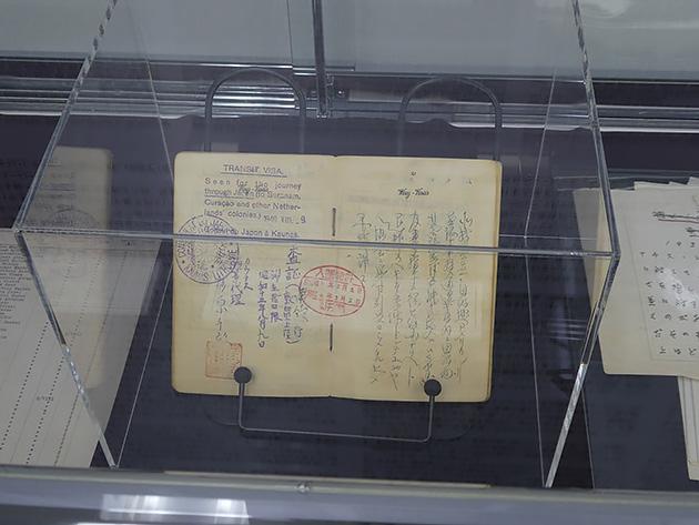 展示されている杉原が発行した手書きのビザ(複製)