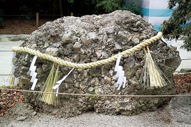 図14──注連縄が巻かれたさざれ石、賀茂御祖神社。(「注連縄」wikipedia)