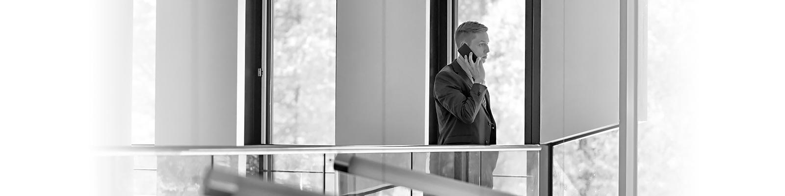 ポーランド ビジネスマン 電話 イメージ