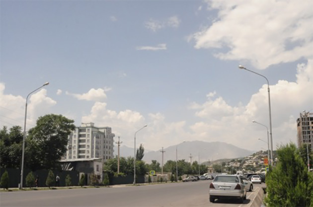 首都・ドゥシャンベの町並み。高層ビルは驚くほど少ない。(写真:Tomo Odagiri)