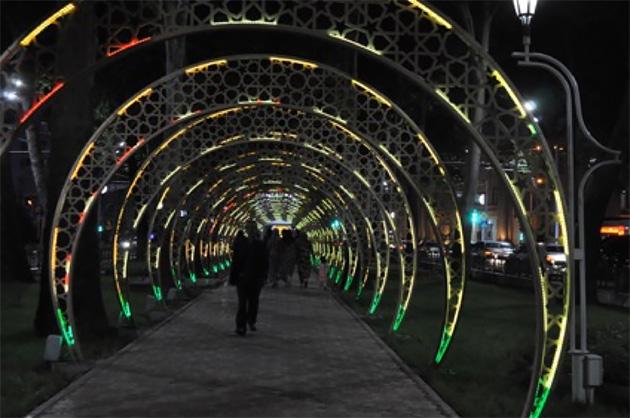 大通りの中心に遊歩道があり、夜はたくさんの人がそぞろ歩く。(写真:Tomo Odagiri)